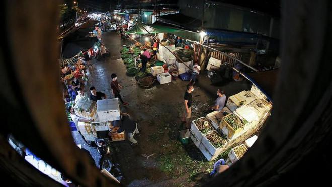 Chợ đêm Long Biên tấp nập trước giờ Hà Nội cách ly chống dịch COVID-19 - 1