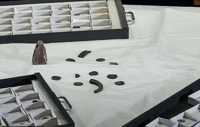 """Đào được """"con heo đất"""" chứa kho báu ngàn năm của người Viking - 1"""