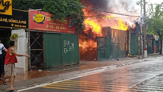 """Hà Nội: Chủ kho hàng khóc nấc nhìn tài sản bị thiêu rụi trong """"biển lửa"""" - 1"""