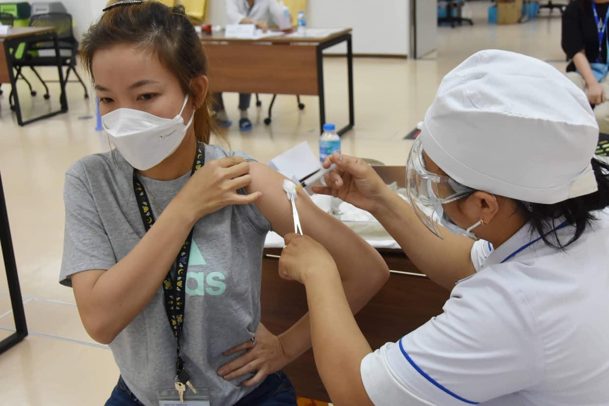 Bộ Y tế yêu cầu tổ chức tiêm vắc-xin COVID-19 an toàn, đảm bảo giãn cách - 1
