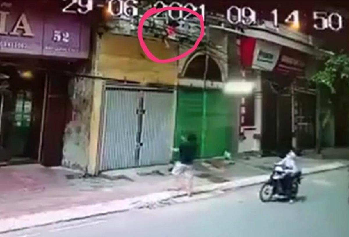 Mong ước thành hiện thực của vợ chồng người đàn ông đỡ bé gái rơi từ tầng 2 xuống đường - 1