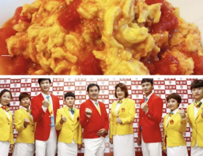 """Trang phục đoàn Trung Quốc từng bị chê """"cà chua xào trứng"""", nay trông ra sao ở Olympic? - 1"""