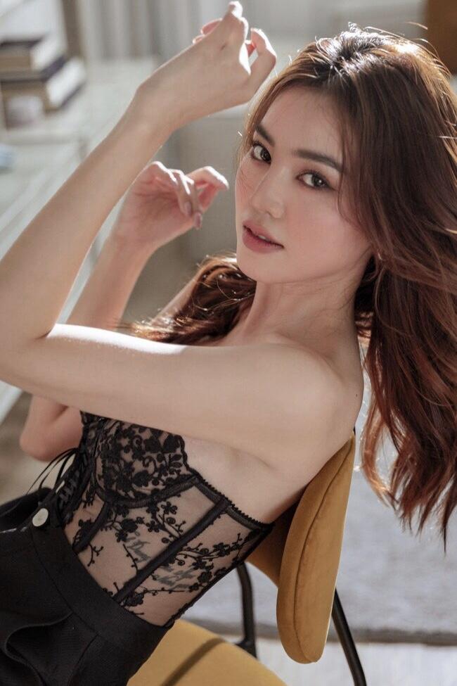 Ninh Dương Lan Ngọckhoe nhan sắc cực phẩm trong trang phục ren xuyên thấu.