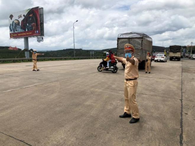 Xe CSGT dẫn đường đưa công nhân từ TP HCM về quê - 1