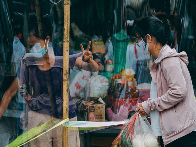 Hà Nội: Chợ dân sinh quây nilon phòng dịch, tiểu thương chia ca theo ngày chẵn lẻ - 1