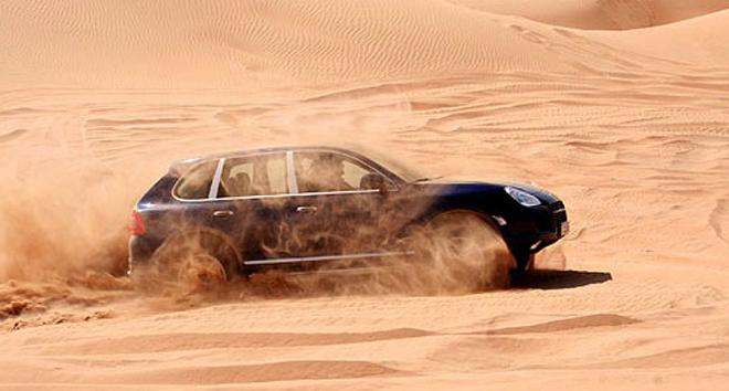 Cầm lái Porsche Cayenne off-road trên bãi cát và cái kết - 1