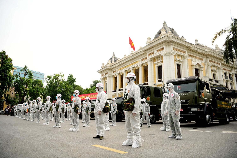 Cận cảnh dàn xe đặc chủng đang phun khử khuẩn diện rộng tại Hà Nội - 1