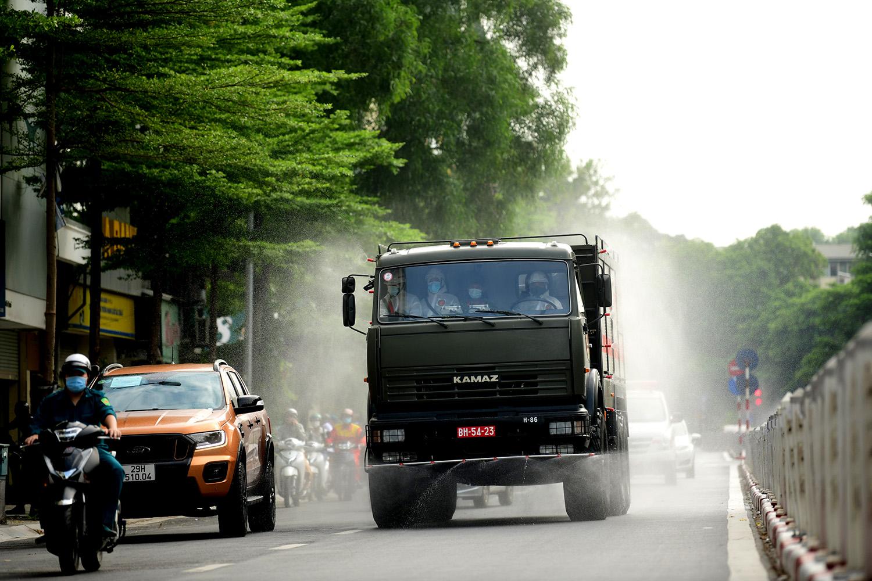 Cận cảnh dàn xe đặc chủng đang phun khử khuẩn diện rộng tại Hà Nội - 11