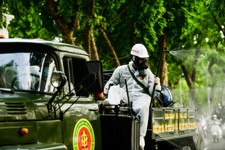 Cận cảnh dàn xe đặc chủng đang phun khử khuẩn diện rộng tại Hà Nội - 12
