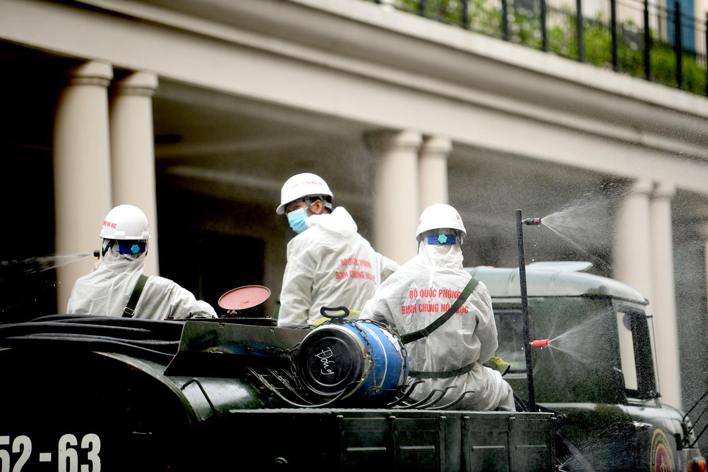 Cận cảnh dàn xe đặc chủng đang phun khử khuẩn diện rộng tại Hà Nội - 13