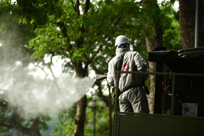 Cận cảnh dàn xe đặc chủng đang phun khử khuẩn diện rộng tại Hà Nội - 18