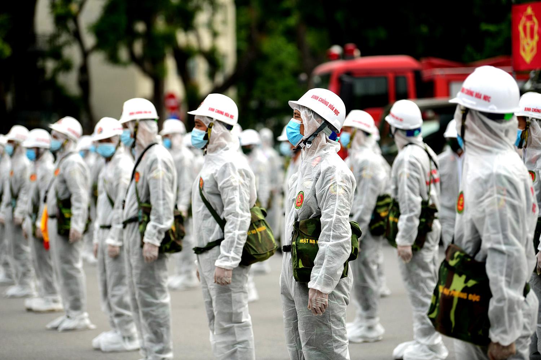 Cận cảnh dàn xe đặc chủng đang phun khử khuẩn diện rộng tại Hà Nội - 2