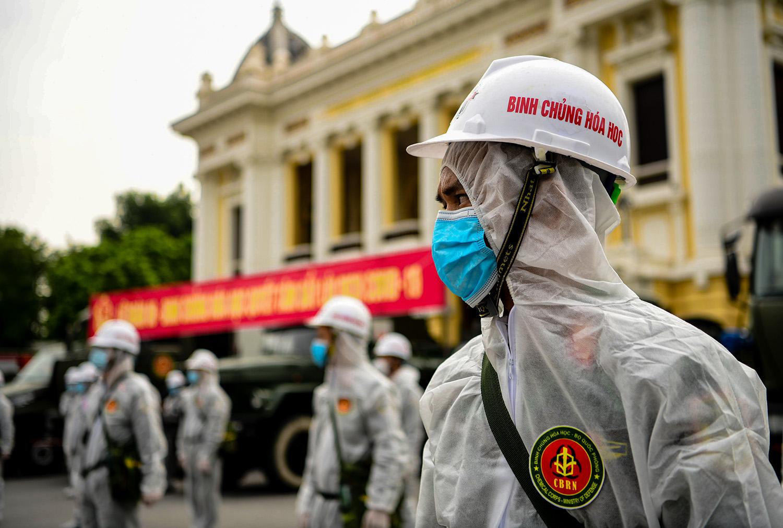 Cận cảnh dàn xe đặc chủng đang phun khử khuẩn diện rộng tại Hà Nội - 3