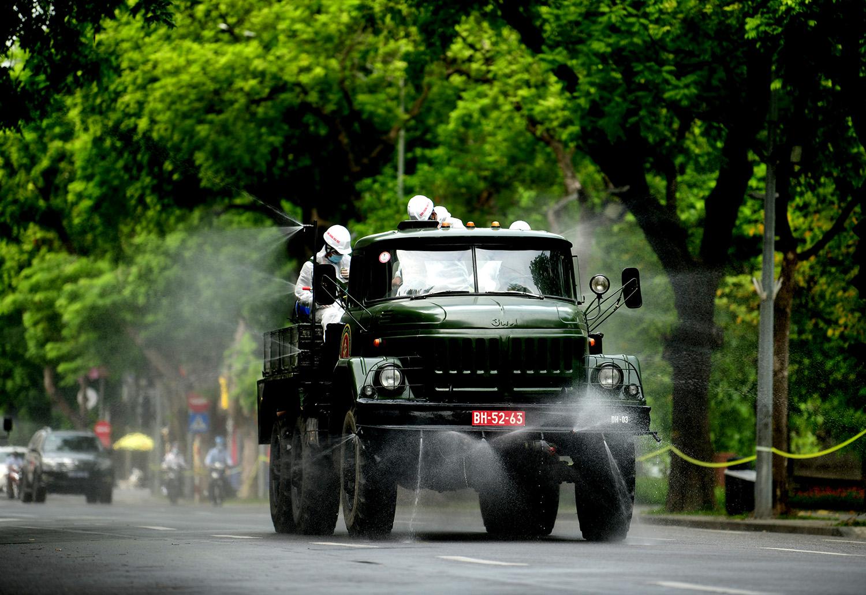Cận cảnh dàn xe đặc chủng đang phun khử khuẩn diện rộng tại Hà Nội - 6