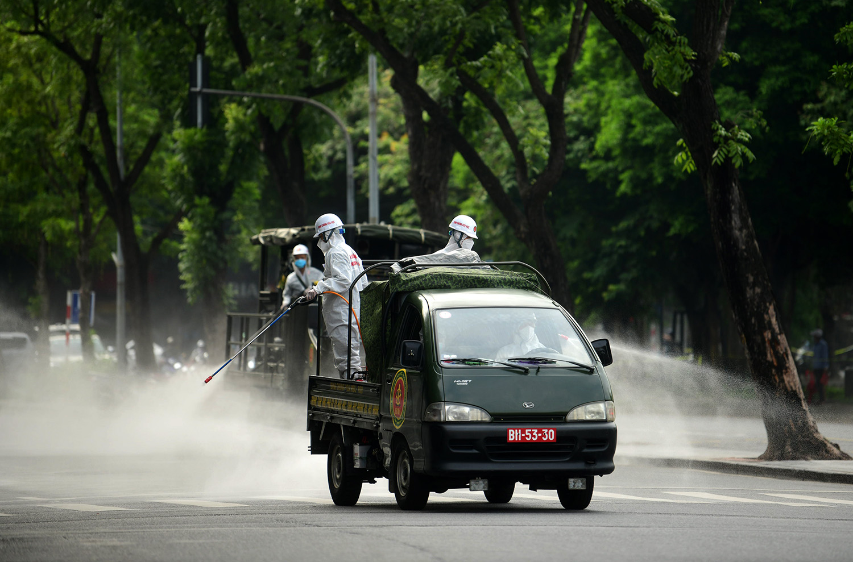 Cận cảnh dàn xe đặc chủng đang phun khử khuẩn diện rộng tại Hà Nội - 8