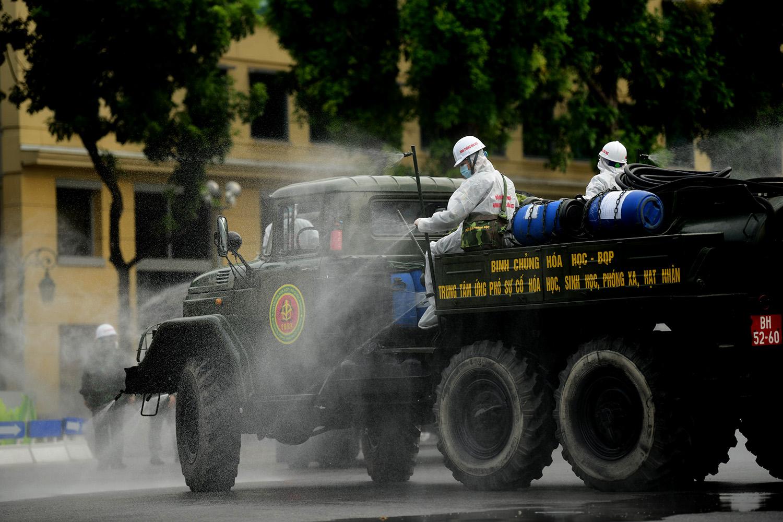 Cận cảnh dàn xe đặc chủng đang phun khử khuẩn diện rộng tại Hà Nội - 9