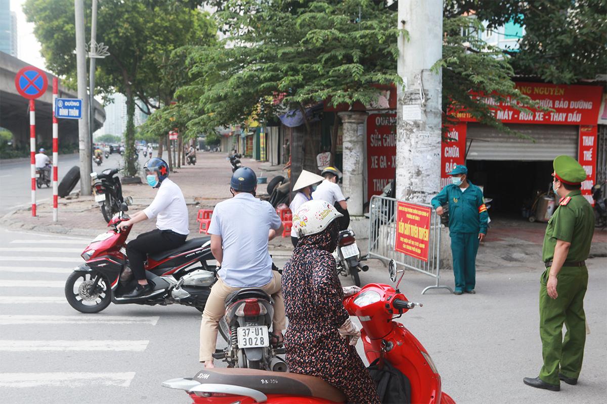 Phố phường Hà Nội đông đúc hơn ngày đầu thực hiện Chỉ thị 16, nhiều người không vào được nơi làm việc - 12