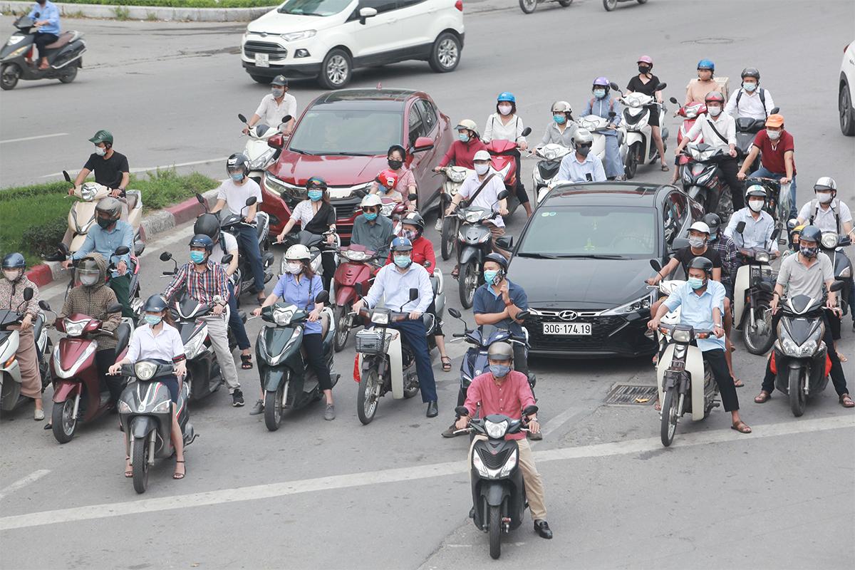 Phố phường Hà Nội đông đúc hơn ngày đầu thực hiện Chỉ thị 16, nhiều người không vào được nơi làm việc - 2