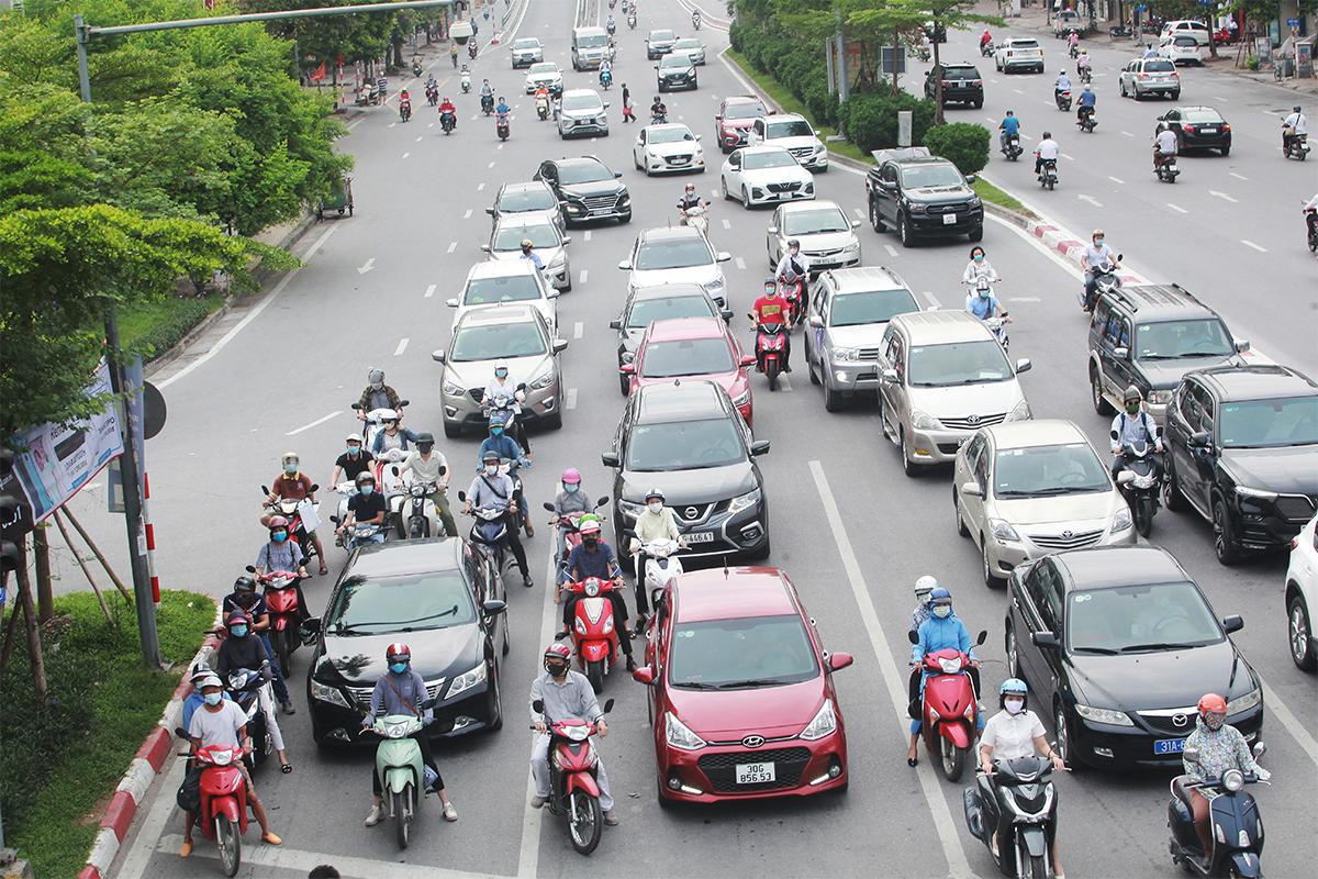 Phố phường Hà Nội đông đúc hơn ngày đầu thực hiện Chỉ thị 16, nhiều người không vào được nơi làm việc - 4