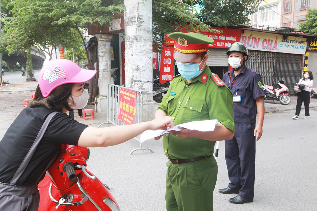 Phố phường Hà Nội đông đúc hơn ngày đầu thực hiện Chỉ thị 16, nhiều người không vào được nơi làm việc - 8