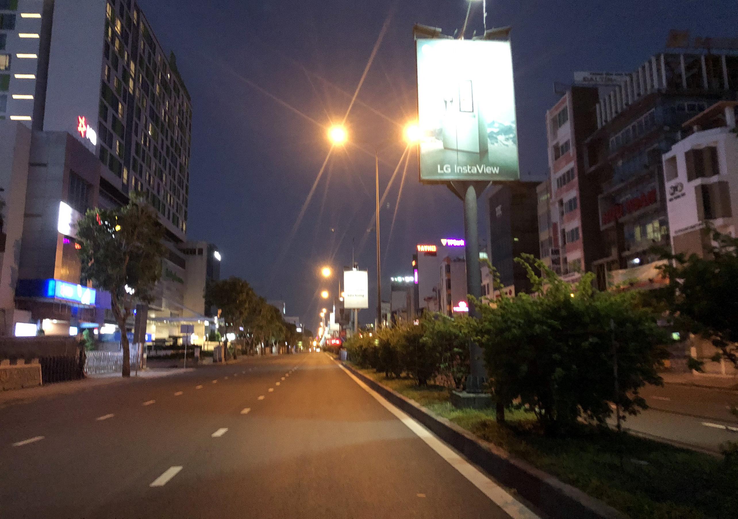 Đường phố TP.HCM vắng lặng chưa từng thấy trong đêm đầu người dân không được ra đường - 15