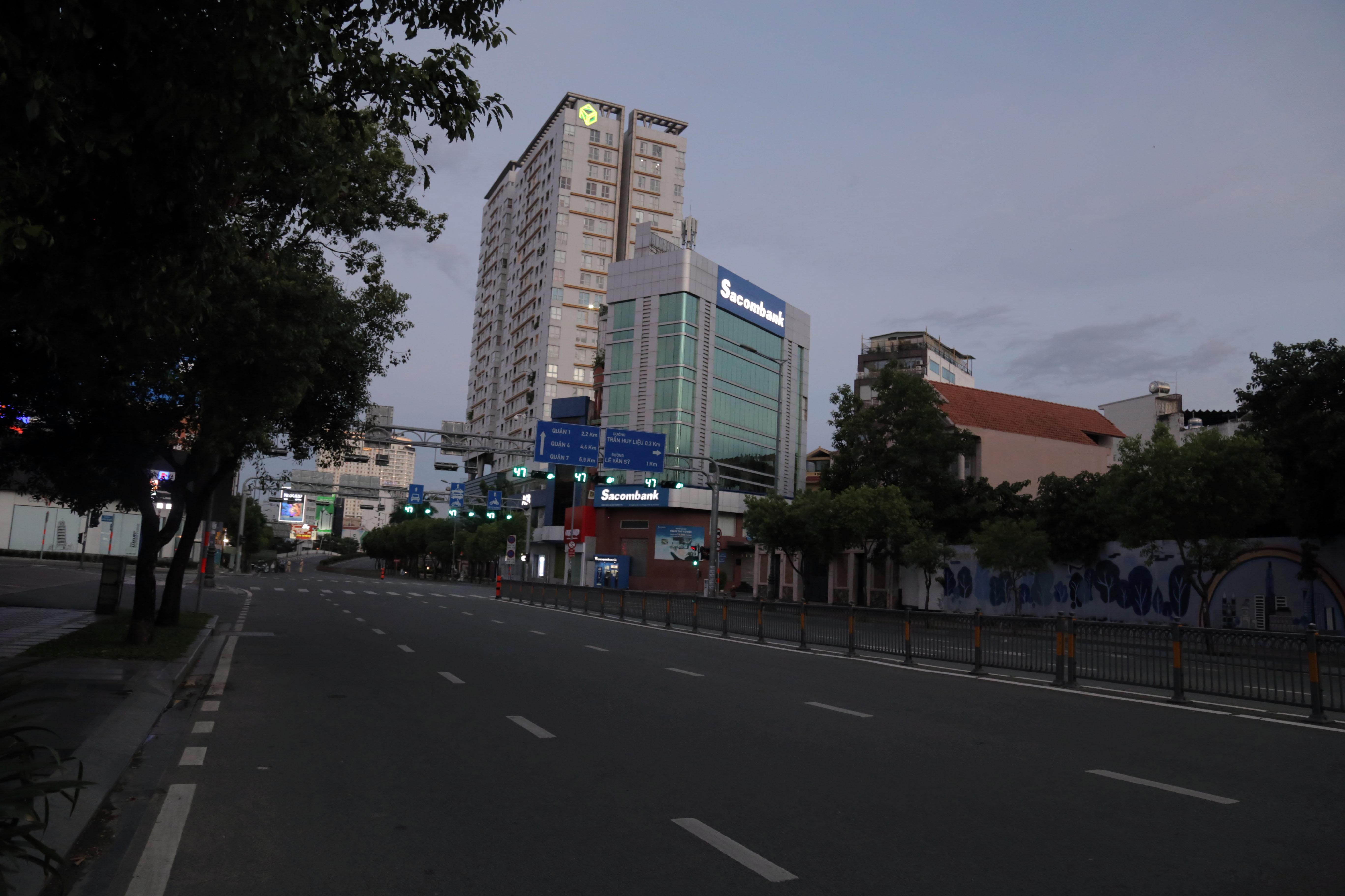 Đường phố TP.HCM vắng lặng chưa từng thấy trong đêm đầu người dân không được ra đường - 2