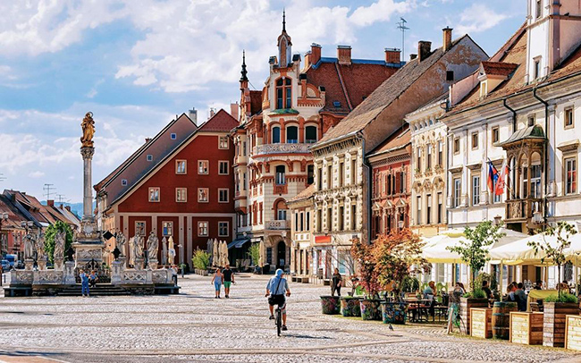 Maribor, Slovenia: Slovenia là một đất nước nhỏ nhưng vô cùngrực rỡ. Du khách có thể chèo thuyền trên sông Drava vào mùa hè và trượt tuyết ở khu nghỉ mát Pohorje vào mùa đông.