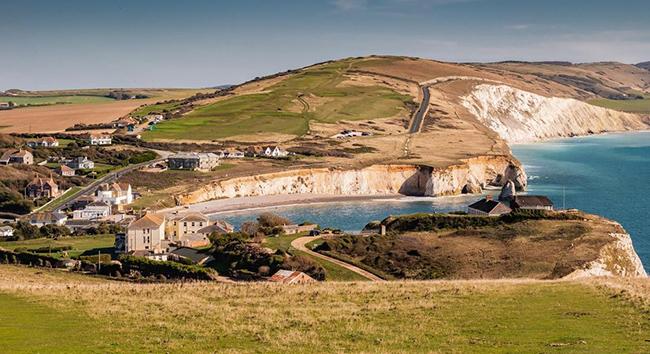 Đảo Wight, Vương quốc Anh: Nếu bạn thích kỳ nghỉ mang lại những ký ức tươi đẹp về tuổi thơ thì hãy đến đảo Wight. Có rất nhiều thứ để giải trí như dạo chơi trên bờbiển, thăm thú đường sắt hơi nước và Blackgang Chine, công viên giải trí lâu đời nhất của Vương quốc Anh.