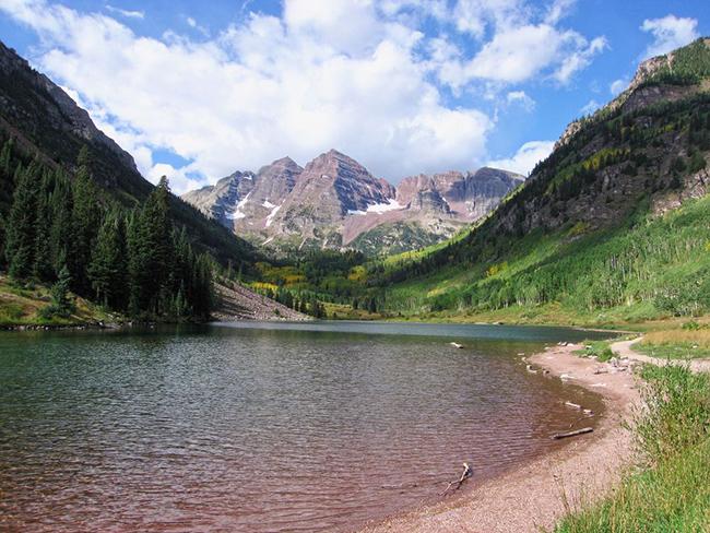 Colorado, Hoa Kỳ: Bạn sẽ không thấy ở đâu có tầm nhìn đẹp và không khí trong lành hơn ở Colorado. Hãy bắt đầu ở thành phố Denver, từ đó bạn chỉ cần lái xe một đoạn ngắn là đến các hồ núi cao lấp lánh và các đỉnh núi hùng vĩ của Rockies.