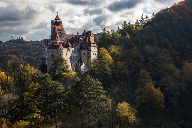 Bran, Romania: Romania lưu giữvăn hóa dân gian ấn tượng với nhiều tháp pháo và thành lũy chênh vênh trên đỉnh núi, điển hình là lâu đài Bran, được cho là nơi ởcủa bá tước ma cà rồng...