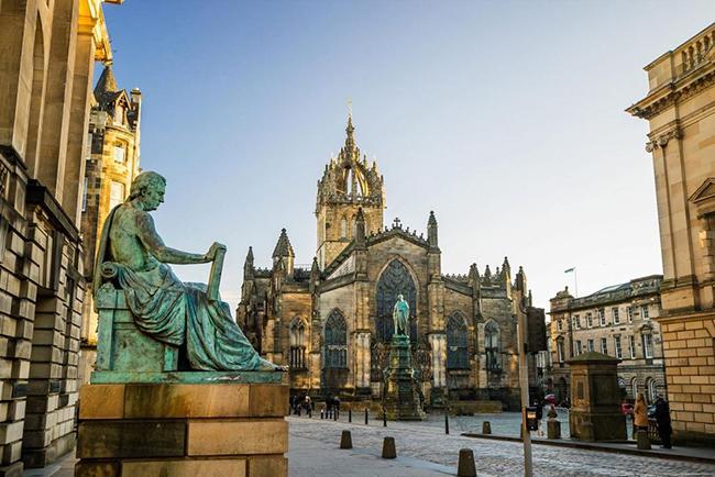 Edinburgh, Scotland: Thủ đô của Scotland nổi bật nhờ 12 lễ hội lớn diễn ra quanh năm, từ lễ kỷ niệm kể chuyện đến lễ hội khoa học. Nếu bạn không đi vào mùa lễ hội, Camera Obscura hoặc bảo tàng tuổi thơ là nơi mang lại những trải nghiệm thú vị cho cả gia đình.