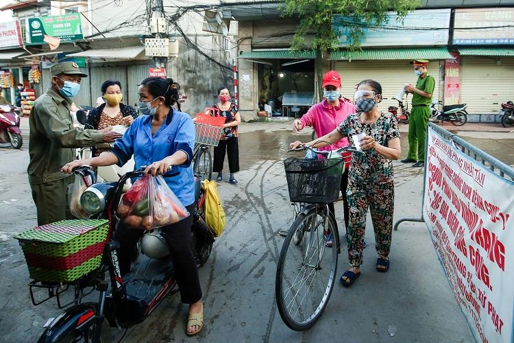 """Chợ Hà Nội áp dụng """"tem phiếu"""": Sinh viên, người lao động ở trọ đi chợ như thế nào? - 1"""