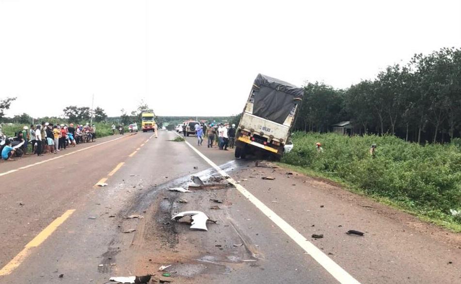 Xe tải va chạm với xe con, 3 người trong gia đình tử vong - 1