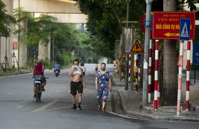 Hà Nội: Bất chấp giãn cách xã hội, nhiều người vẫn ra đường tập thể dục từ tờ mờ sáng - 1
