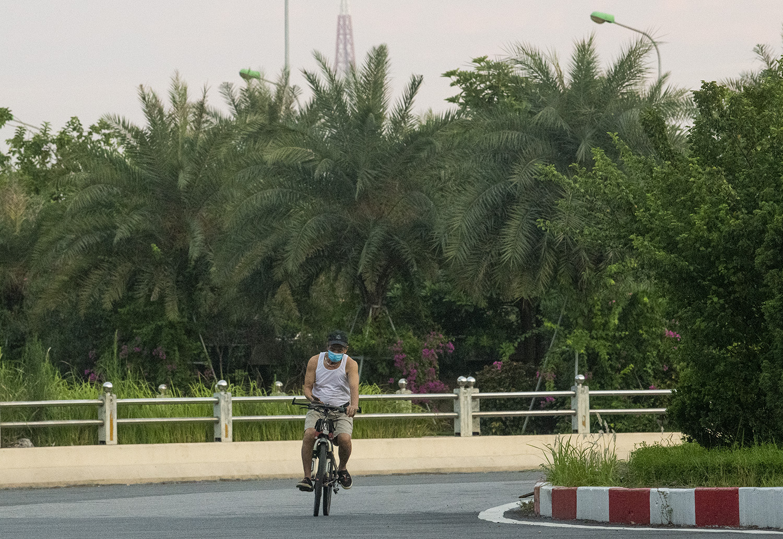 Hà Nội: Bất chấp giãn cách xã hội, nhiều người vẫn ra đường tập thể dục từ tờ mờ sáng - 9