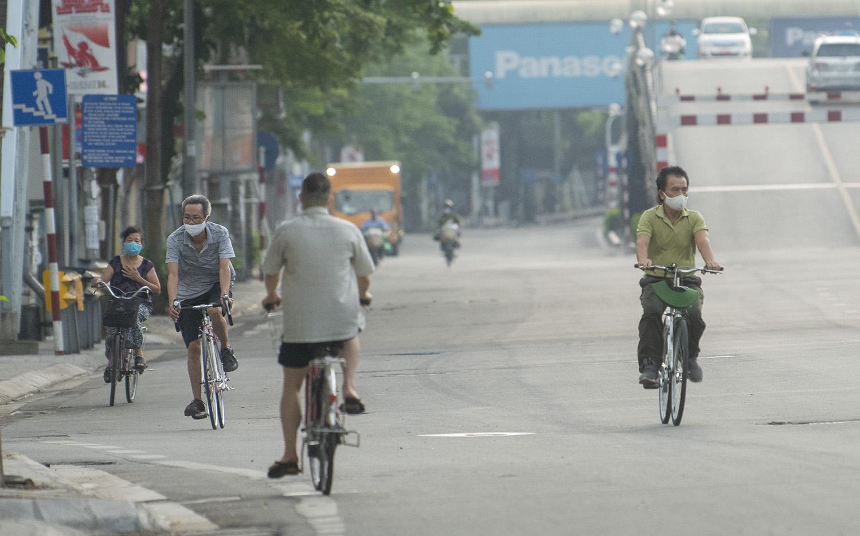Hà Nội: Bất chấp giãn cách xã hội, nhiều người vẫn ra đường tập thể dục từ tờ mờ sáng - 11