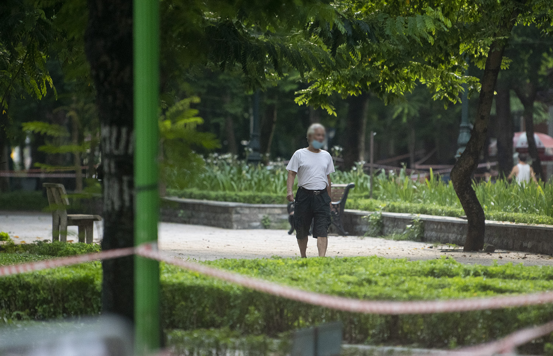Hà Nội: Bất chấp giãn cách xã hội, nhiều người vẫn ra đường tập thể dục từ tờ mờ sáng - 14