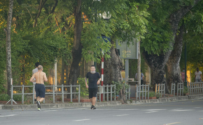 Hà Nội: Bất chấp giãn cách xã hội, nhiều người vẫn ra đường tập thể dục từ tờ mờ sáng - 16