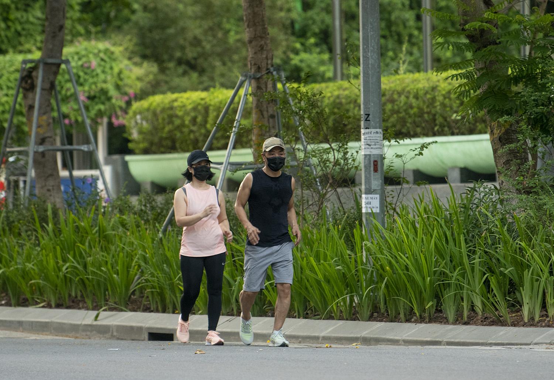 Hà Nội: Bất chấp giãn cách xã hội, nhiều người vẫn ra đường tập thể dục từ tờ mờ sáng - 19
