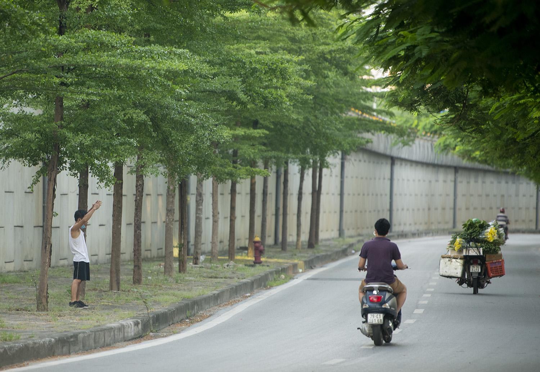 Hà Nội: Bất chấp giãn cách xã hội, nhiều người vẫn ra đường tập thể dục từ tờ mờ sáng - 3