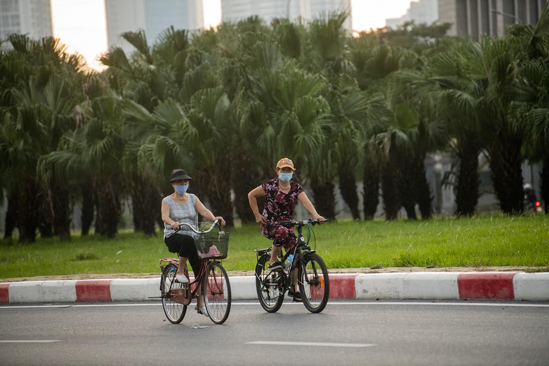 Hà Nội: Bất chấp giãn cách xã hội, nhiều người vẫn ra đường tập thể dục từ tờ mờ sáng - 6