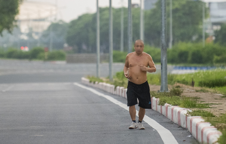 Hà Nội: Bất chấp giãn cách xã hội, nhiều người vẫn ra đường tập thể dục từ tờ mờ sáng - 7