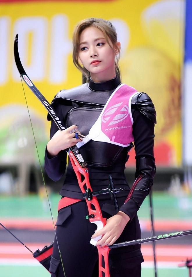 Nữ ca sĩ bị nhầm là cung thủ dự Olympic Tokyo khiến dân mạng xuýt xoa - 1