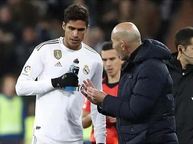 Real bán Varane giá cao thứ 4 lịch sử, báo chí sướng ra mặt bất ngờ khen Zidane - 1