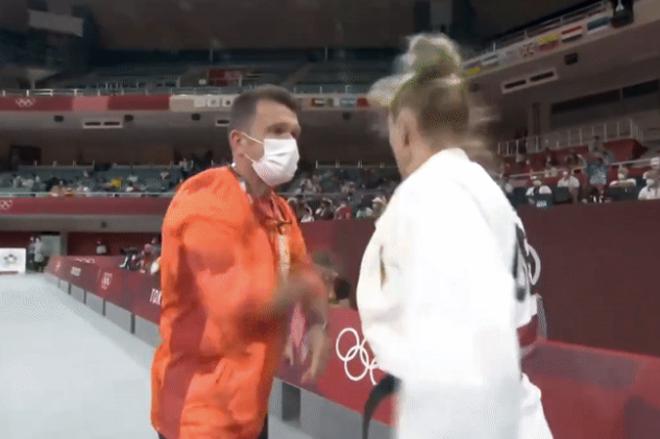 """Cách khởi động kỳ lạ nhất Olympic, HLV tát nữ võ sĩ """"nổ đom đóm mắt"""" - 1"""