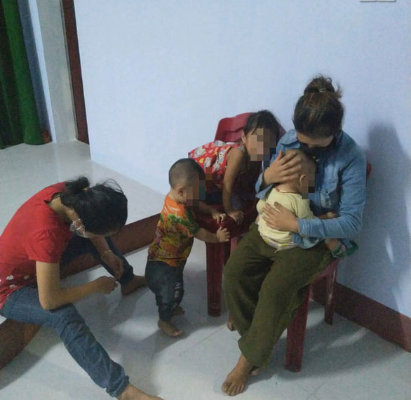 """Hai ông chồng chạy xe máy từ Bình Dương về Nghệ An """"bỏ quên"""" vợ con ở Huế: 5 người đã được lên tàu về quê - 1"""