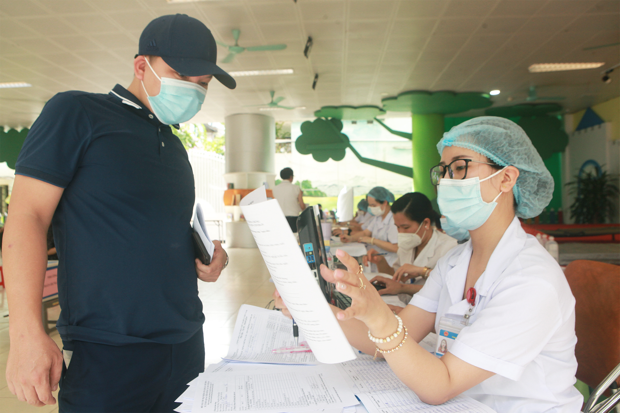 Ảnh: Người Hà Nội xếp hàng đợi tiêm vaccine COVID–19 trong chiến dịch tiêm chủng lớn nhất lịch sử - 11