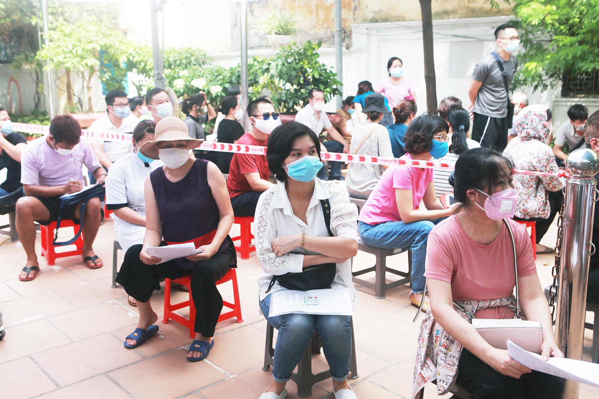 Ảnh: Người Hà Nội xếp hàng đợi tiêm vaccine COVID–19 trong chiến dịch tiêm chủng lớn nhất lịch sử - 2