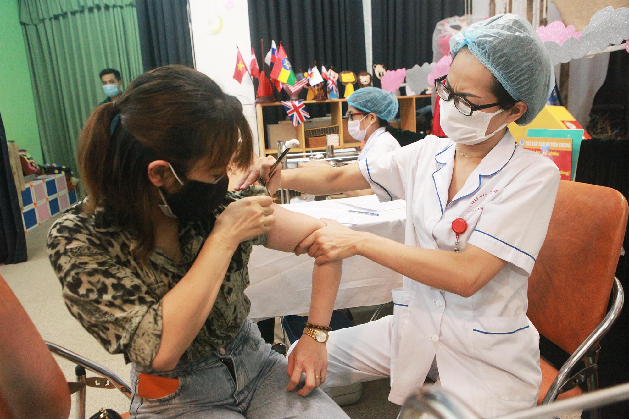 Ảnh: Người Hà Nội xếp hàng đợi tiêm vaccine COVID–19 trong chiến dịch tiêm chủng lớn nhất lịch sử - 9