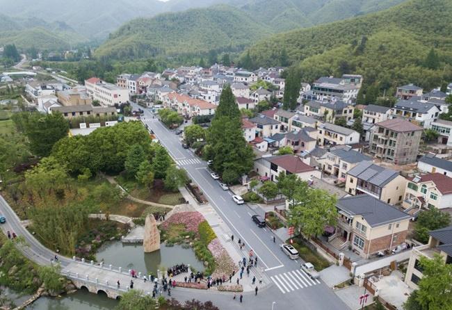 Ngôi làng ngày càng trở nên thu hút người thành phố đến nghỉ ngơi và là điểm đến du lịch sau khi ô nhiễm không còn.